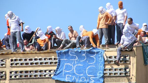 Inmates stand on the roof of the penitentiary in Cascavel, Parana state, Brazil - Sputnik International