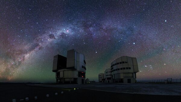A panorama shot of the Very Large Telescope platform with the red shades of airglow visible overhead - Sputnik International