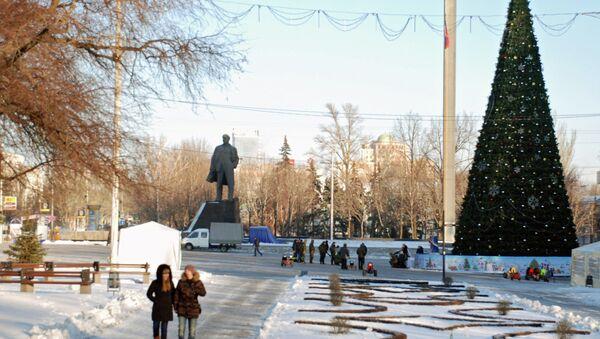 Residents near a Christmas tree in the center of Donetsk, east Ukraine - Sputnik International