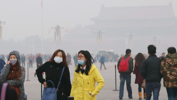 Tourists wearing face masks visit the Tiananmen Square in heavy smog in Beijing, China - Sputnik International