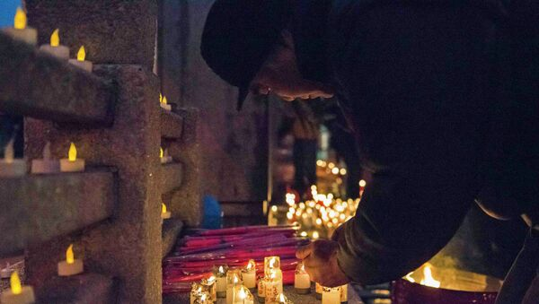 Mourners take part in a candlelight vigil for slain New York Police Department (NYPD) officer Wenjian Liu one day ahead of his funeral in Manhattan, New York - Sputnik International