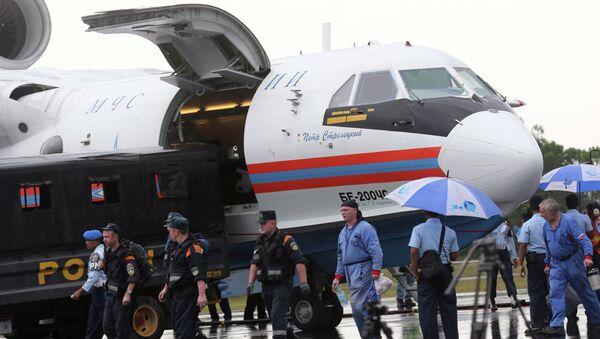 Russian rescuers unload gears from their Beriev Be-200 amphibious aircraft - Sputnik International
