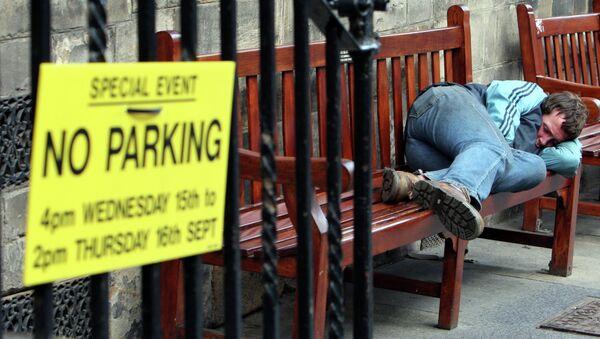 A homeless man sleep's on a bench on the royal mile in, Edinburgh, Scotland - Sputnik International