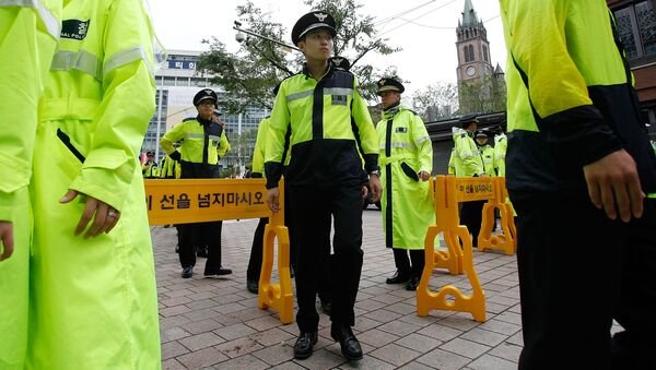 South Korean police stand guard outside of Myeong-dong Cathedral - Sputnik International