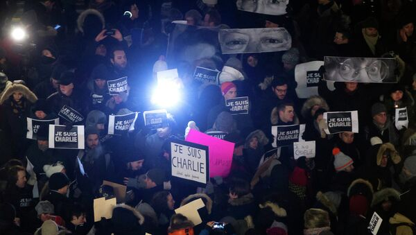 People gather for a vigil to pay tribute to the victims of a shooting, by gunmen at the offices of weekly satirical magazine Charlie Hebdo in Paris, in the Manhattan borough of New York, January 7, 2015 - Sputnik International