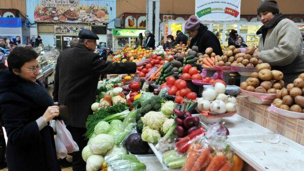 People look at vegetables in a market in Kiev - Sputnik International
