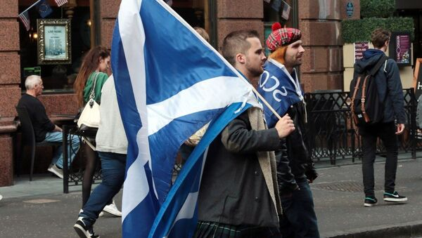 Yes campaigners carry flags on the day Scottish residents decide the future political direction their country will take in Glasgow,Scotland on September 18, 2014 - Sputnik International