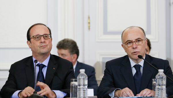 French President Francois Hollande (L) holds a crisis meeting with Interior Minister Bernard Cazeneuve (R) and French prefects at the Interior Ministry in Paris - Sputnik International