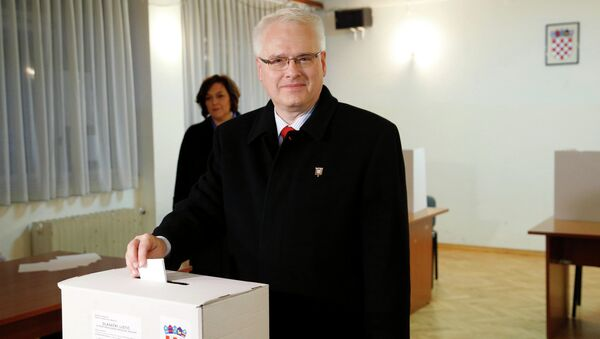 Croatian President and presidential candidate Ivo Josipovic casts his vote at a polling booth during the presidential run-off election in Zagreb - Sputnik International