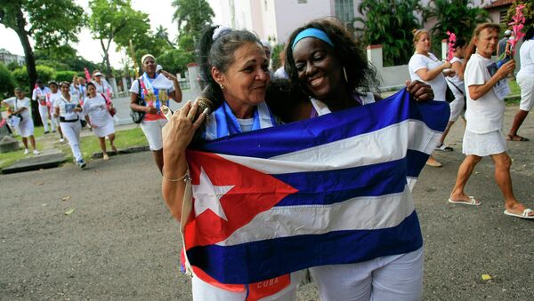 Recently released dissidents Aide Gallardo (L) and Sonia Garro hold the Cuban national flag during a march in Havana - Sputnik International