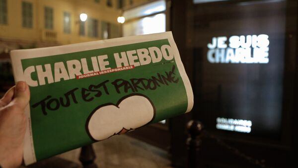 Charlie Hebdo newspaper is displayed next a newsstand with a poster reading  I am Charlie in Nice southeastern France - Sputnik International