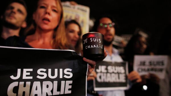 People participate in a vigil to pay tribute to the victims of a shooting, by gunmen at the offices of weekly satirical magazine Charlie Hebdo in Paris, at Paulista avenue in Sao Paulo, January 7, 2015 - Sputnik International
