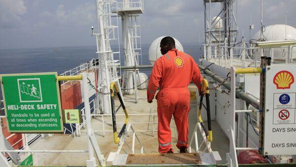 An unidentified Shell worker aboard the Bonga offshore oil vessel off the coast of Nigeria, Monday, Dec. 26, 2011 - Sputnik International