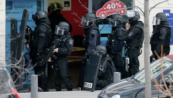 Members of special French RAID forces secure the area next to the post office in Colombes outside Paris, were an armed gunman is holding hostages January 16, 2015 - Sputnik International
