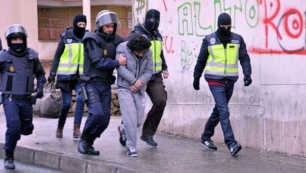 Policemen arrest a suspect of belonging to a jihadist cell in the Spanish city of Melilla on March 14, 2014 - Sputnik International