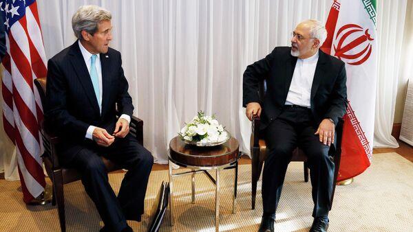 U.S. Secretary of State John Kerry sits with Iranian Foreign Minister Mohammad Javad Zarif before a meeting in Geneva January 14, 2015 - Sputnik International