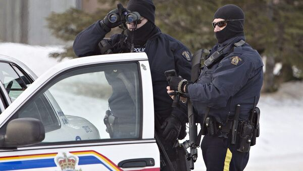 Police search for a suspect in the shooting of two RCMP officers in St. Albert, Alberta, Canada, on Saturday, Jan. 17, 2015 - Sputnik International