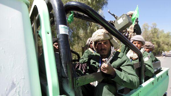 Shi'ite Houthi fighters ride a truck - Sputnik International