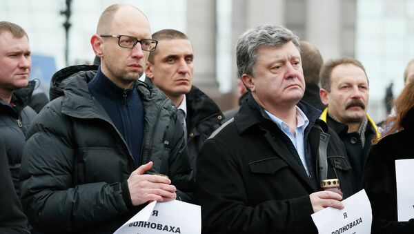 Ukrainian President Petro Poroshenko (R, front) and Prime Minister Arseny Yatseniuk (L, front) take part in a peace march in tribute to the victims onboard a passenger bus, which came under fire near the town of Volnovakha, in Kiev, January 18, 2015. - Sputnik International