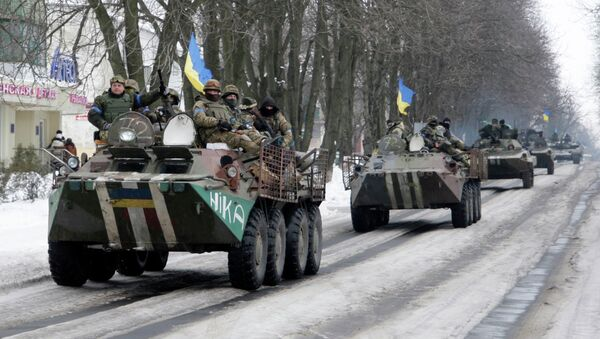 Members of the Ukrainian armed forces drive armored vehicles in the town of Volnovakha, eastern Ukraine, January 18, 2015. - Sputnik International