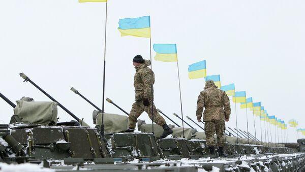 Ukrainian servicemen walk on armoured personnel carriers (APC) - Sputnik International