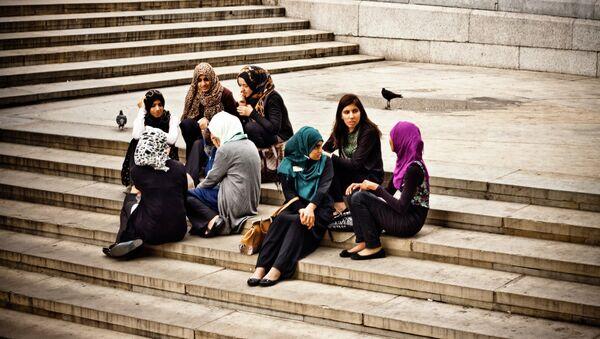 Young muslim women enjoying the afternoon at Trafalgar Square. - Sputnik International