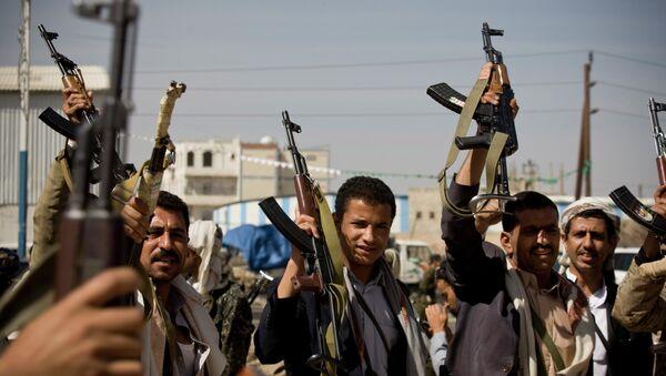 Houthi Shiite Yemeni hold their weapons - Sputnik International