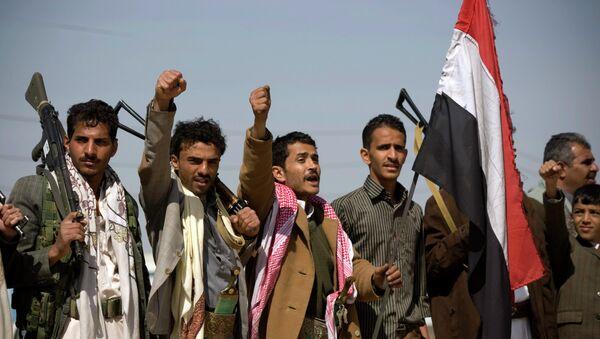 Houthi Shiite Yemenis raise their fists during clashes near the presidential palace in Sanaa, Yemen - Sputnik International