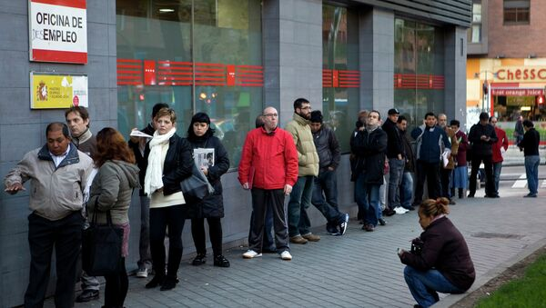 People wait in line at a government employment office on Paseo de las Acacias in Madrid - Sputnik International