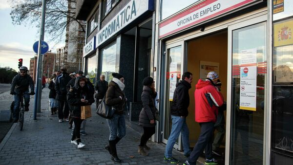 People enter a government-run employment office in Madrid January 22, 2015 - Sputnik International