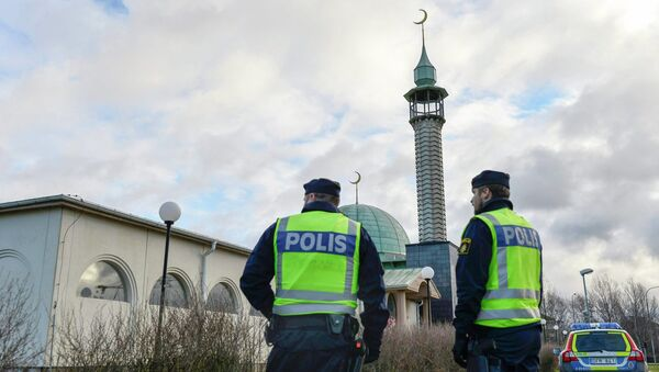 Policemen stand outside a mosque in Uppsala January 2, 2015 as police tighten security around some of the country's main mosques - Sputnik International