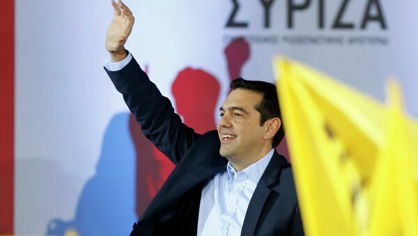 Opposition leader and head of radical leftist Syriza party, Alexis Tsipras waves at supporters during a campaign in central Athens, January 22, 2015 - Sputnik International