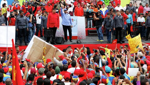 Venezuelan President Nicolas Maduro (C) waves to supporters during a rally to commemorate the 57th anniversary of the end of Venezuelan dictator Marcos Perez Jimenez's regime in Caracas January 23, 2015 - Sputnik International