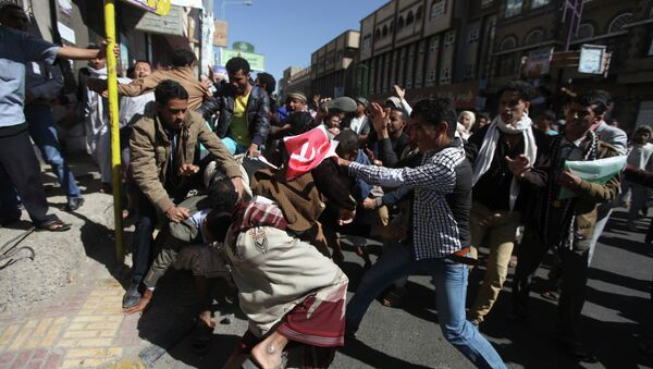 Supporters of the Houthi movement clash with anti-Houthi protesters during a rally in Sanaa January 24, 2015 - Sputnik International