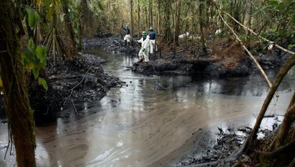 Oil spill damage control in a rainforest. Workers monitoring and cleaning up spilt oil in the Amazon rainforest, Ecuador - Sputnik International