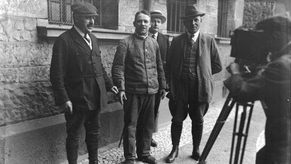 Fritz Haarmann (center) with police detectives, November, 1924 - Sputnik International