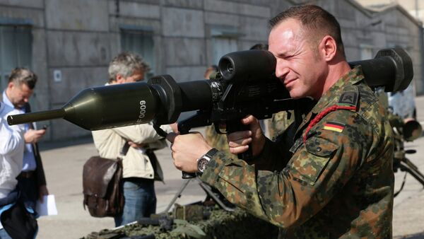 A member of the German army Bundeswehr presents a weapon which is part of a military aid for Iraq during a press event in Waren, northeastern Germany, Thursday, Sept. 18, 2014 - Sputnik International
