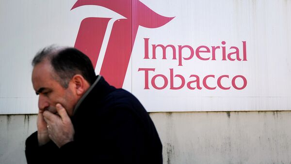 A man gives a phone call in front of the Seita-Imperial tobacco factory in Carquefou on April 15, 2014 - Sputnik International