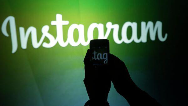 A journalist makes a video of the Instagram logo - Sputnik International