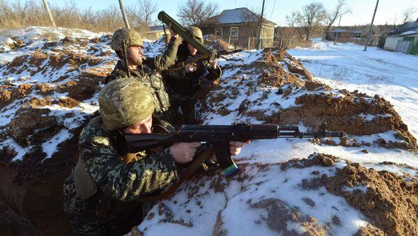 Ukrainian servicemen guard their position in the village of Luhanska, Luhansk region - Sputnik International