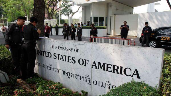 Police stand guard outside the US embassy in Bangkok - Sputnik International