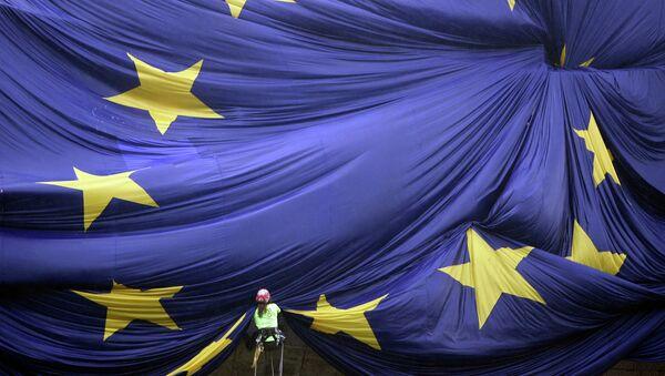 A giant European Union flag is unfurled over the facade of Barcelona's La Pedrera building - Sputnik International