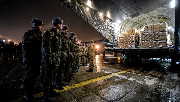 Over 3,000 sets of winter uniforms for Ukrainian servicemen were delivered to Boryspil airport by a Royal Canadian Air Force CC-177 Globemaster III aircraft - Sputnik International