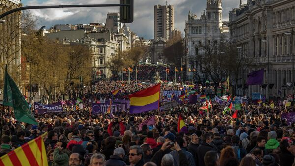 People wave Republican and Podemos party flags during a Podemos (We Can) party march in Madrid, Spain, Saturday, Jan. 31, 2015 - Sputnik International