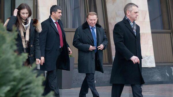 Former Ukrainian President Leonid Kuchma (2nd R) after arriving at Minsk's International Airport - Sputnik International