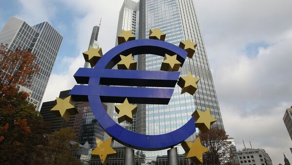 The EURO logo is pictured in front of the European Central Bank, ECB in Frankfurt/Main, central Germany, on November 6, 2014 - Sputnik International