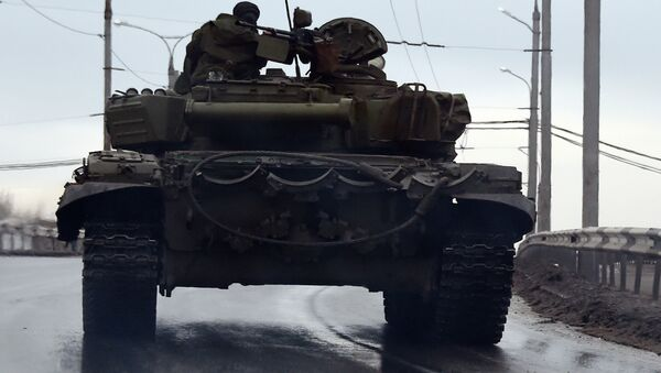 A tank drives in the center of the eastern city of Donetsk - Sputnik International