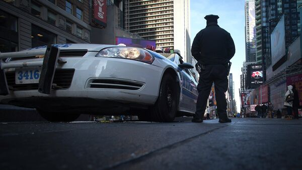 A police officer stands guard in Times Square in the Manhattan borough of New York January 15, 2015 - Sputnik International