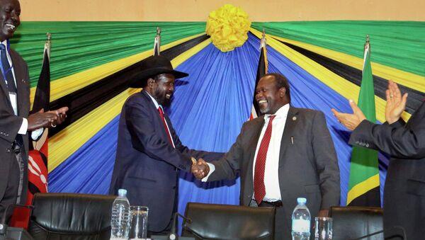 South Sudan's President Salva Kiir, left, shakes hands with rebel leader and former vice president Riek Machar - Sputnik International