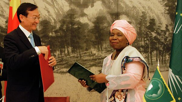 Chairwoman of the African Union Commission Nkosazana Dlamini Zuma (R) together with Chinese Vice Foreign Minister Zhang Ming, exchanging the Memorandum of Understanding - Sputnik International